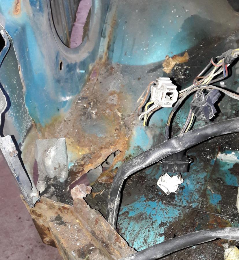 unterhalb Scheibenwischwasserbehälter